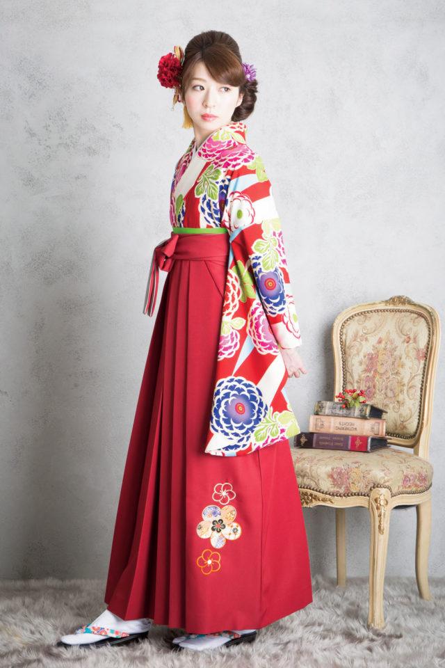 着物:JS赤と水色リサ 袴:JSワインひもS